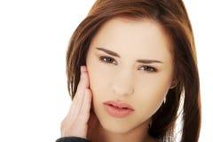 Mujer adolescente que tiene un dolor terrible del diente Imagen de archivo libre de regalías
