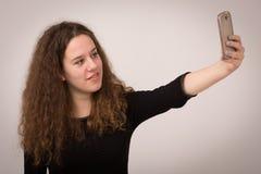 Mujer adolescente que toma el autorretrato Foto de archivo
