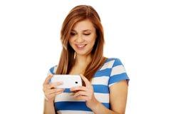 Mujer adolescente que usa el teléfono móvil Foto de archivo libre de regalías