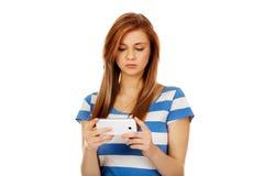 Mujer adolescente que usa su smartphone Imagen de archivo libre de regalías