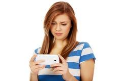 Mujer adolescente que usa su smartphone Imagenes de archivo