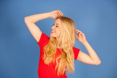 Mujer adolescente rubia joven hermosa en la ISO vibrante de la danza de la camiseta Imágenes de archivo libres de regalías
