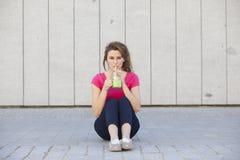 Mujer adolescente sana joven que bebe un jugo del verde de la dieta Imágenes de archivo libres de regalías