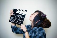 Mujer adolescente sonriente con el tablero de chapaleta Fotos de archivo
