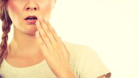 Mujer adolescente trastornada con la mano cerca de los labios Imágenes de archivo libres de regalías