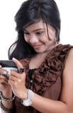 Mujer adorable asiática que usa el adminículo fotos de archivo