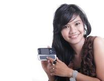 Mujer adorable asiática que usa el adminículo imagen de archivo