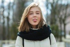 Mujer adorable joven del día soleado que muestra la lengua que se divierte durante el parque de la ciudad que da un paseo Concept Fotos de archivo libres de regalías