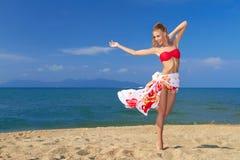 Mujer adorable que se coloca en la playa tropical Fotografía de archivo