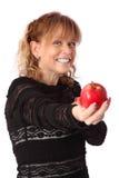 Mujer adorable que sostiene una manzana Imagen de archivo libre de regalías
