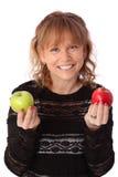Mujer adorable que sostiene una manzana Fotografía de archivo libre de regalías