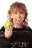 Mujer adorable que sostiene una manzana Foto de archivo
