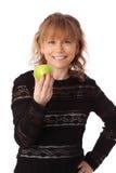 Mujer adorable que sostiene una manzana Imagen de archivo