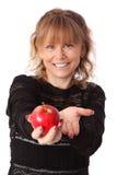 Mujer adorable que sostiene una manzana Fotografía de archivo