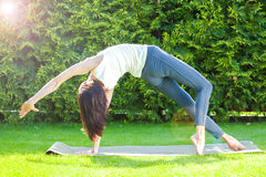 Mujer adulta bonita que hace yoga en la mañana del verano Imagen de archivo libre de regalías