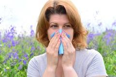 Mujer adulta con alergias en el prado Imagen de archivo libre de regalías