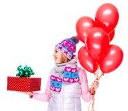 Mujer adulta con la caja y los globos de regalo roja que miran el lado Imagenes de archivo