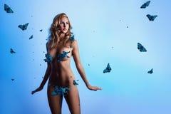 Mujer adulta delgada sexual con las mariposas Foto de archivo libre de regalías