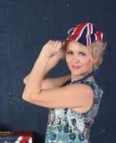 Mujer adulta en casquillo del Union Jack Fotos de archivo