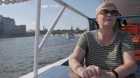 Mujer adulta en el barco turístico metrajes