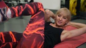 Mujer adulta en el compañero que hace los ejercicios 4K MES lento de la prensa almacen de video
