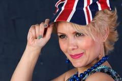 Mujer adulta en sombrero del Union Jack Fotos de archivo libres de regalías