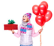 Mujer adulta feliz de la diversión con la caja y los globos rojos de regalo Fotos de archivo libres de regalías