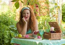 Mujer adulta feliz que descansa en jardín al aire libre fotos de archivo