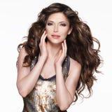 Mujer adulta hermosa con el pelo rizado marrón largo Fotos de archivo libres de regalías
