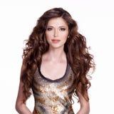 Mujer adulta hermosa con el pelo rizado marrón largo Imágenes de archivo libres de regalías