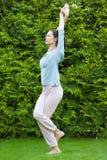 Mujer adulta hermosa que hace yoga Foto de archivo