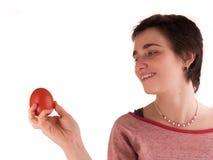 Mujer adulta joven con el pelo corto al top rojo, tejanos en el fondo blanco en diversas actitudes, y diversas expresiones facial fotografía de archivo