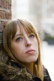 Mujer adulta joven con el pelo rubio que mira hacia arriba Imagen de archivo