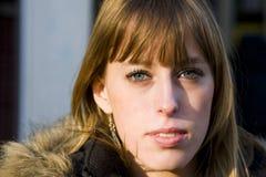 Mujer adulta joven con la expresión seria Fotos de archivo libres de regalías