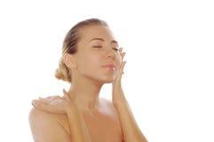 Mujer adulta joven con la piel de la salud de la cara Imagenes de archivo