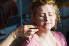 Mujer adulta que aplica la máscara del gel de la muchacha en cara Fotos de archivo