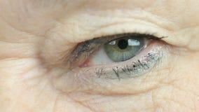 Mujer adulta que centella un ojo Cierre para arriba almacen de video