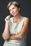 Mujer adulta que comtempla imagen de archivo libre de regalías