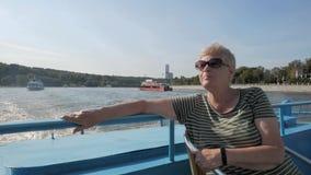 Mujer adulta que disfruta de viaje del barco turístico en el río almacen de metraje de vídeo