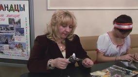 Mujer adulta que hace el ratón fuera del papel Muchacha hecha a mano en la tabla manía interesting almacen de metraje de vídeo