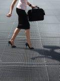 Mujer adulta que intenta balancear en los zapatos de los altos talones Imagen de archivo libre de regalías