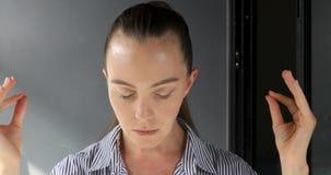 Mujer adulta que medita en casa metrajes