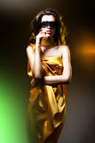 Mujer adulta sensual en vestido de oro Fotografía de archivo libre de regalías
