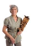Mujer adulta sonriente que sostiene el plumero de la pluma Imagen de archivo