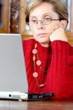 Mujer adulta y computadora portátil imagen de archivo