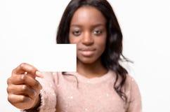 Mujer africana atractiva con su tarjeta de visita Imagen de archivo libre de regalías