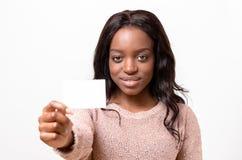 Mujer africana atractiva con su tarjeta de visita Fotos de archivo libres de regalías
