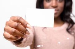 Mujer africana atractiva con su tarjeta de visita Imagenes de archivo