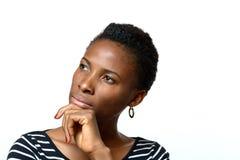 Mujer africana atractiva con una expresión pensativa imagen de archivo libre de regalías