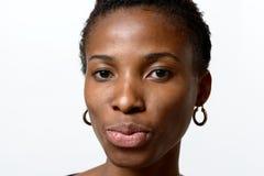Mujer africana bastante joven que pone mala cara sus labios Fotos de archivo